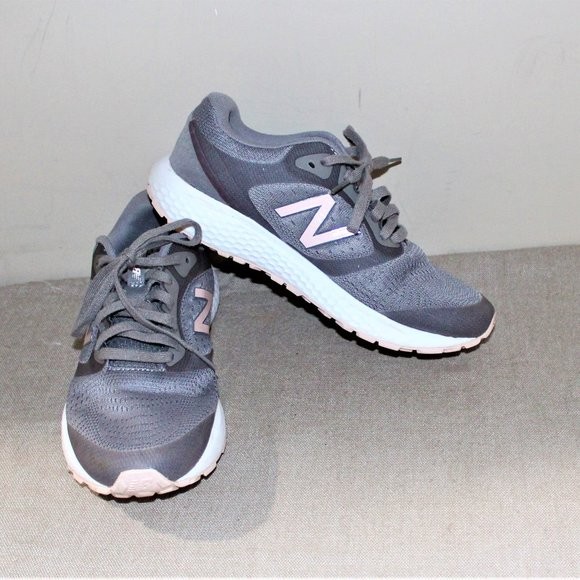 LADIES NEW BALANCE 520 SNEAKERS - SIZE 8 1/2 - GRE
